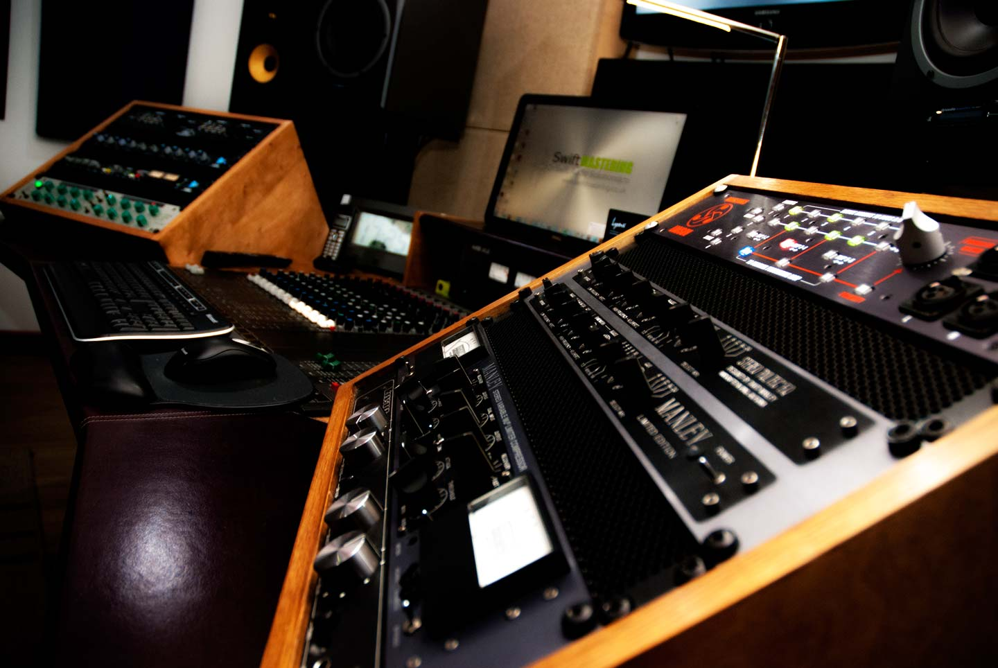 swift-mastering-main-desk1