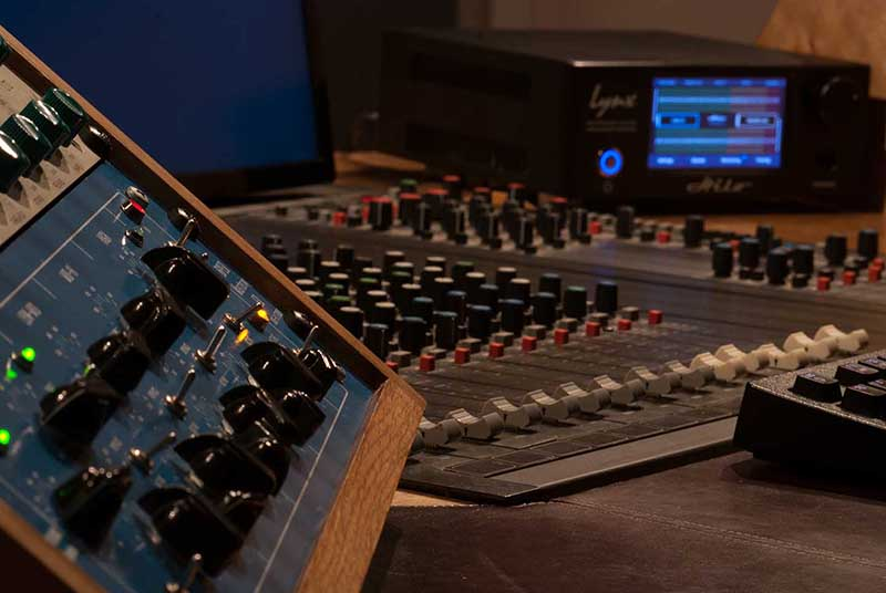 mastering_desk_left